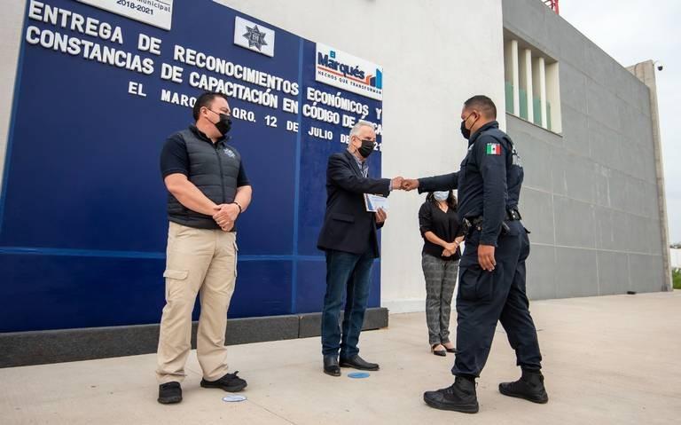 Vega Carriles entregó reconocimientos a elementos policíacos