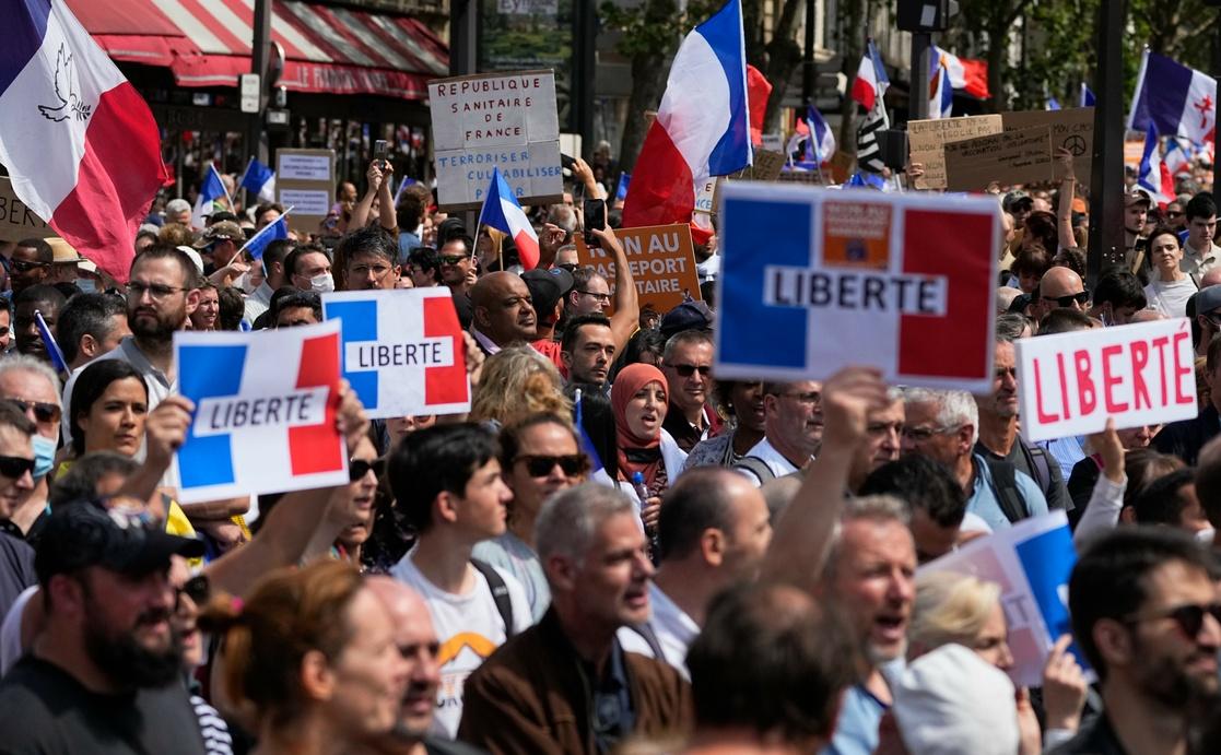Protestan en París contra tarjeta sanitaria por Covid-19